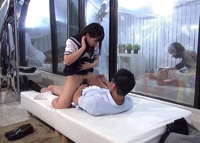 【エロ動画】再婚ホヤホヤのお父さんが義理の娘と仲良くしたくてガチセックス!(*゚∀゚)=3