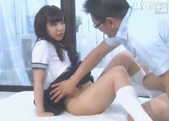 【エロ動画】再婚ホヤホヤのお父さんが義理の娘と仲良くしたくてガチセックス!(*゚∀゚)=3 01