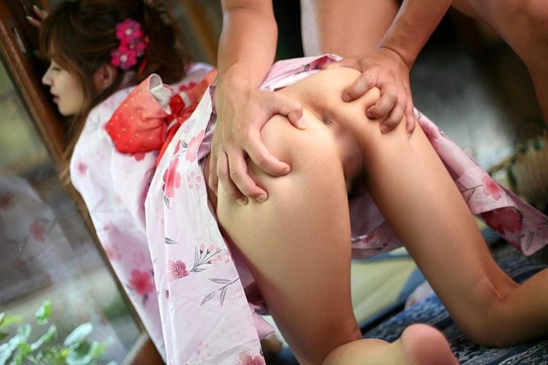 【アナルエロ画像】理想は薄ピンクの菊形だけど多少の黒ずみも許せる女のアナル(;´Д`)
