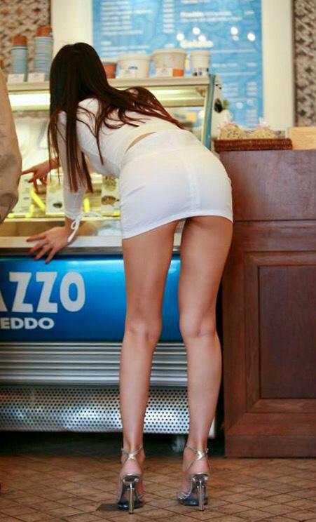 【ミニスカエロ画像】見えそうな期待を常に背負ってる!ミニスカ外人さんの長い美脚(*´Д`)