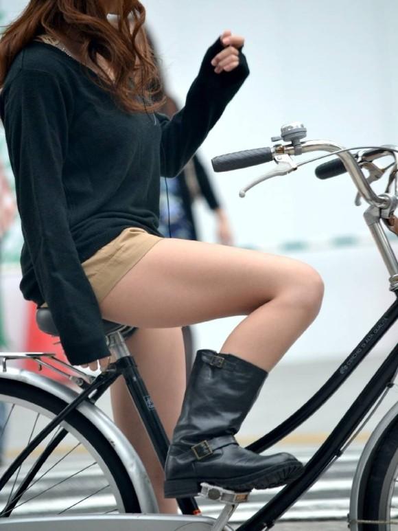 路上で自転車に乗ってる女性のエロ画像 part2