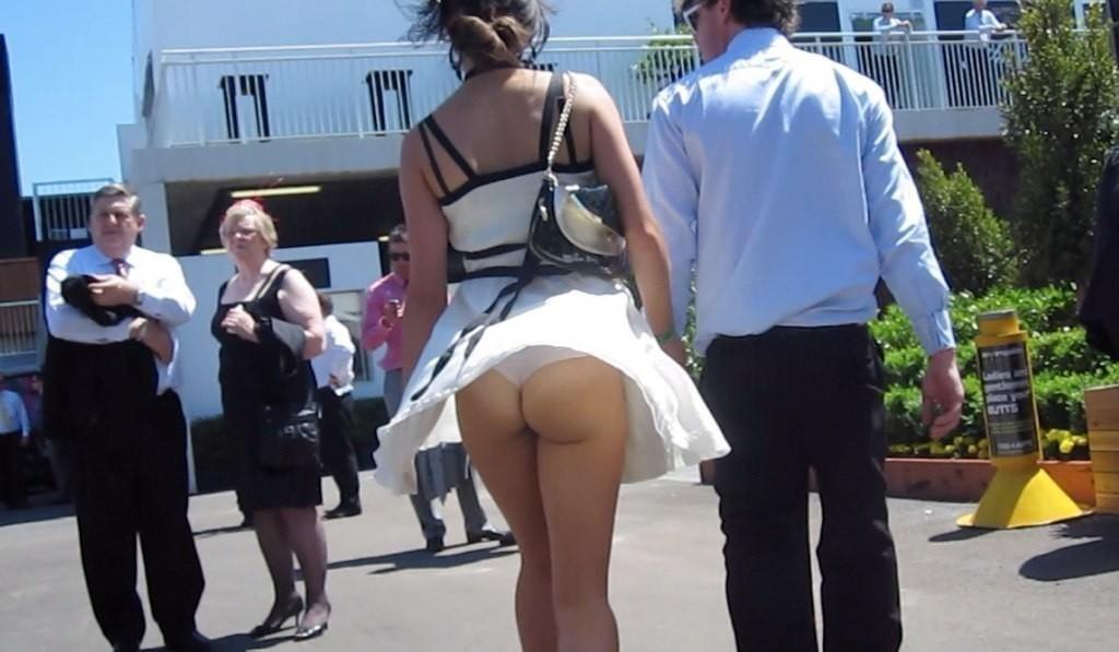【パンチラエロ画像】無風でも起こり得ますwスカート舞えばパンツの気配が(;´∀`)