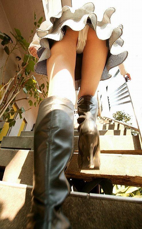 【パンチラエロ画像】上り階段は大歓迎!上がったところをローアングルチラ狙い(;^ω^)