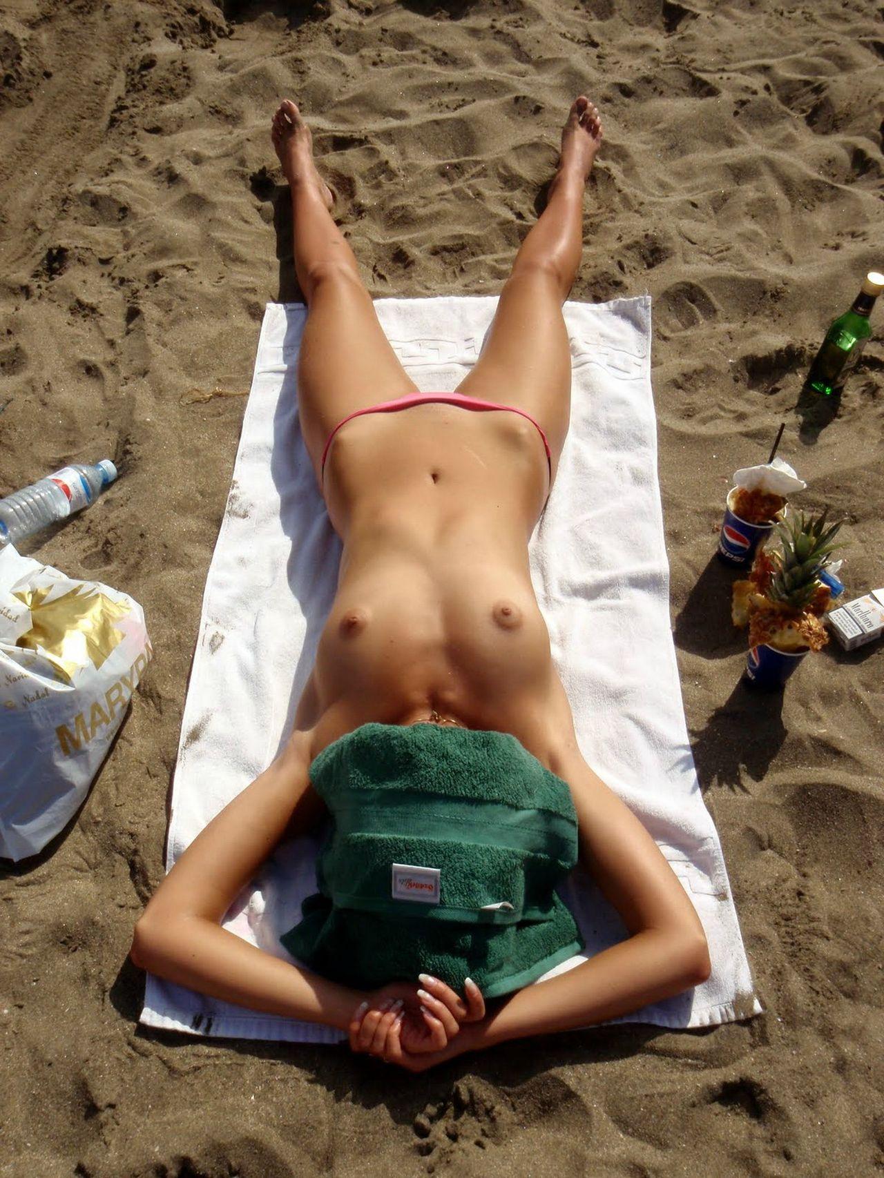 【海外エロ画像】どこを見てもおっぱい!永住したいトップレスビーチ(;´∀`)