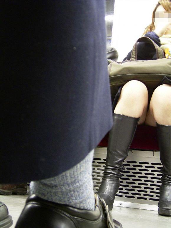 【パンチラエロ画像】その対面には花園が…電車内の見逃せないパンチラ(;´∀`)