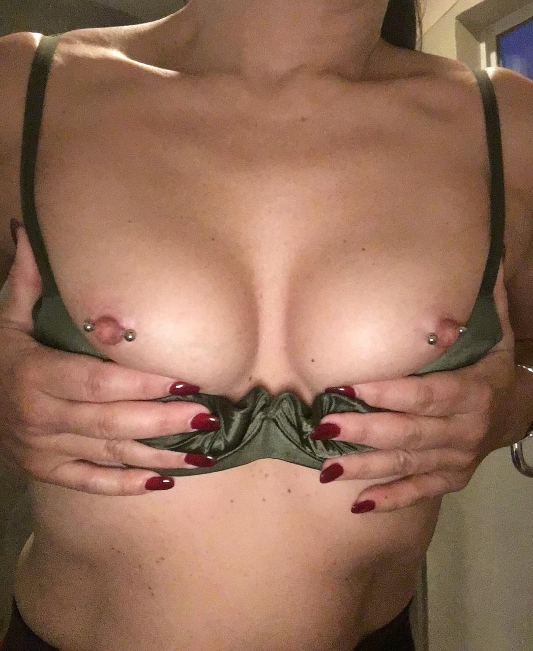 【乳首ピアスエロ画像】開けちゃったんだ…(´・ω・`)どこか残念貫通済み乳首