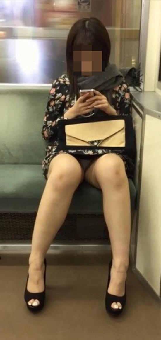 【パンチラエロ画像】下調べすれば楽しい電車移動に!対面座席で下着を激写(*´Д`)
