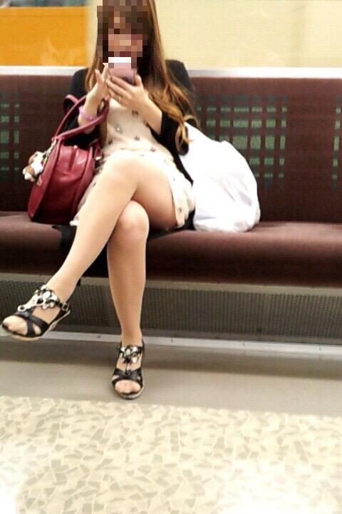 【美脚エロ画像】ムッチリ度の際立つ座り方!太もも美味しそうな脚組み女子(*´Д`)