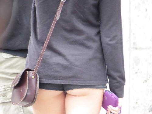 【ハミ尻エロ画像】なんてワガママな尻…肉が出ちゃうホットパンツ尻(;´Д`)