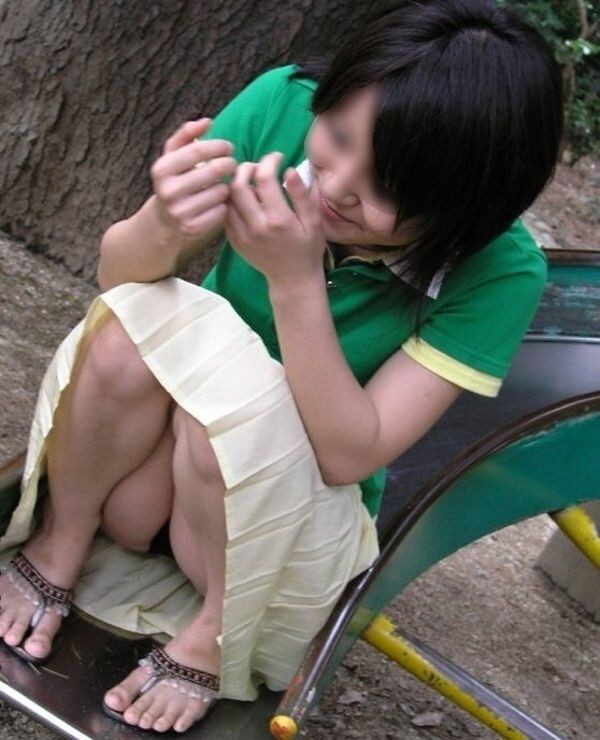 【パンチラエロ画像】油断し過ぎるから…見られて当然の座りパンチラ(;・∀・)