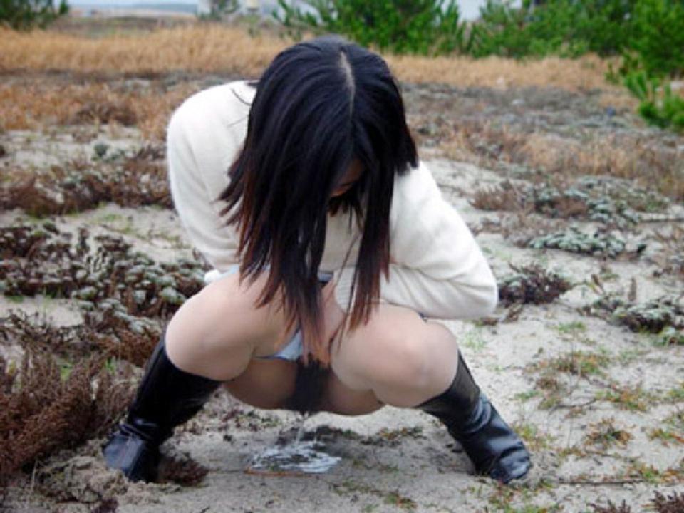 【放尿エロ画像】出しちゃった…門外不出の筈な女子たちの公開放尿(*´д`*)
