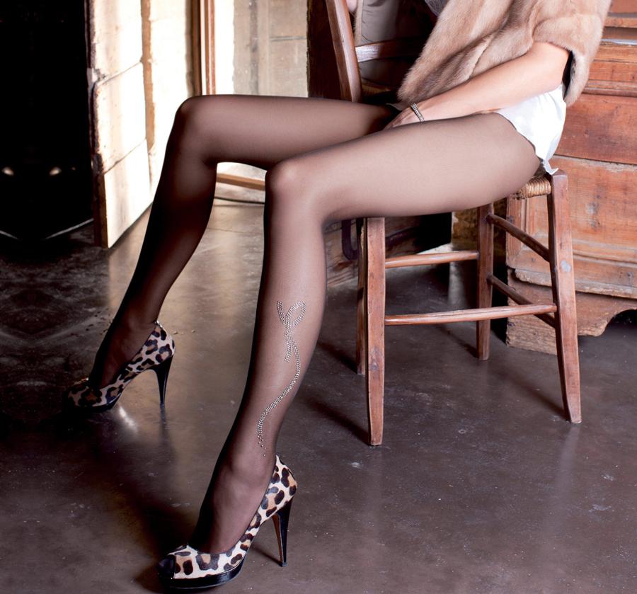 【美脚エロ画像】微妙に見える肌の色がなんとも…魅惑の黒パンスト美脚(;・∀・)