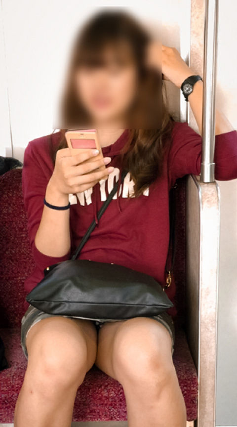 【パンチラエロ画像】あえて満員を外すのはこれを見る為!電車内パンチラ(;´Д`)