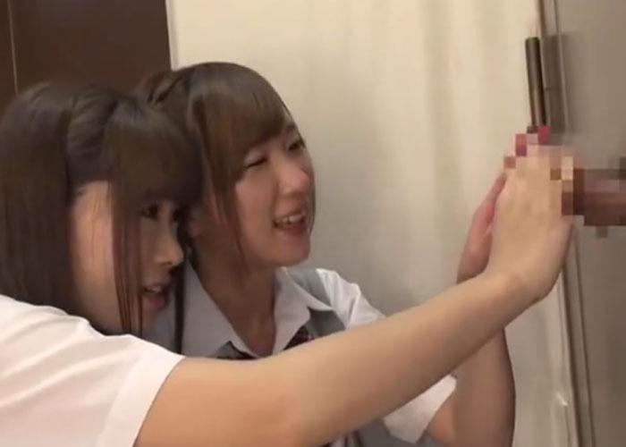 【エロ動画】壁からおちんちん!?1本だけ出ているブツと戯れるJKたち(;゚∀゚)=3