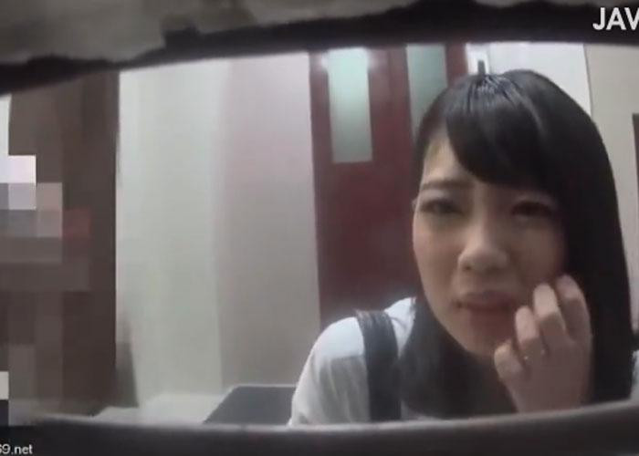 【エロ動画】壁からおちんちん!?1本だけ出ているブツと戯れるJKたち(;゚∀゚)=3 02