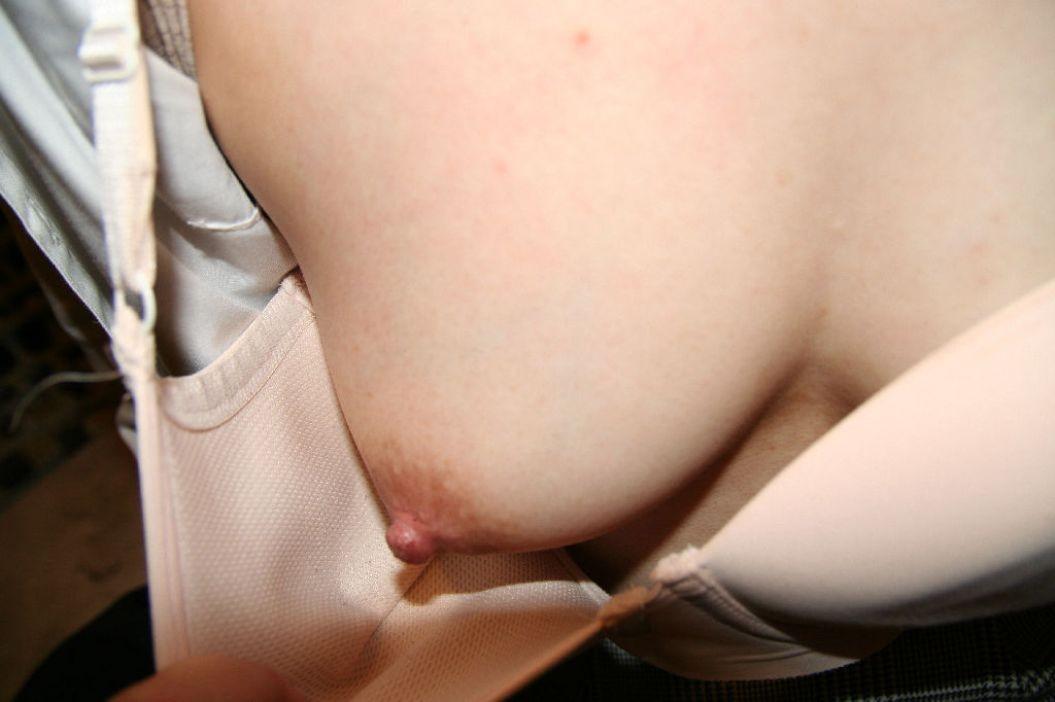 【美乳エロ画像】まずは1つ…両方出している時より恥ずかしそうな片乳だけ披露(;´∀`)