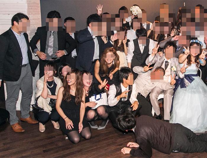 【パンチラエロ画像】撮影者の策略で…記念写真に一生もののパンチラ(;´Д`)