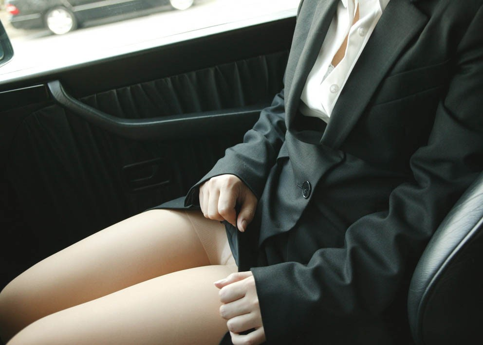 【パンチラエロ画像】同情するならパンツ見せてw車内の隣で下着チェック(;´Д`)
