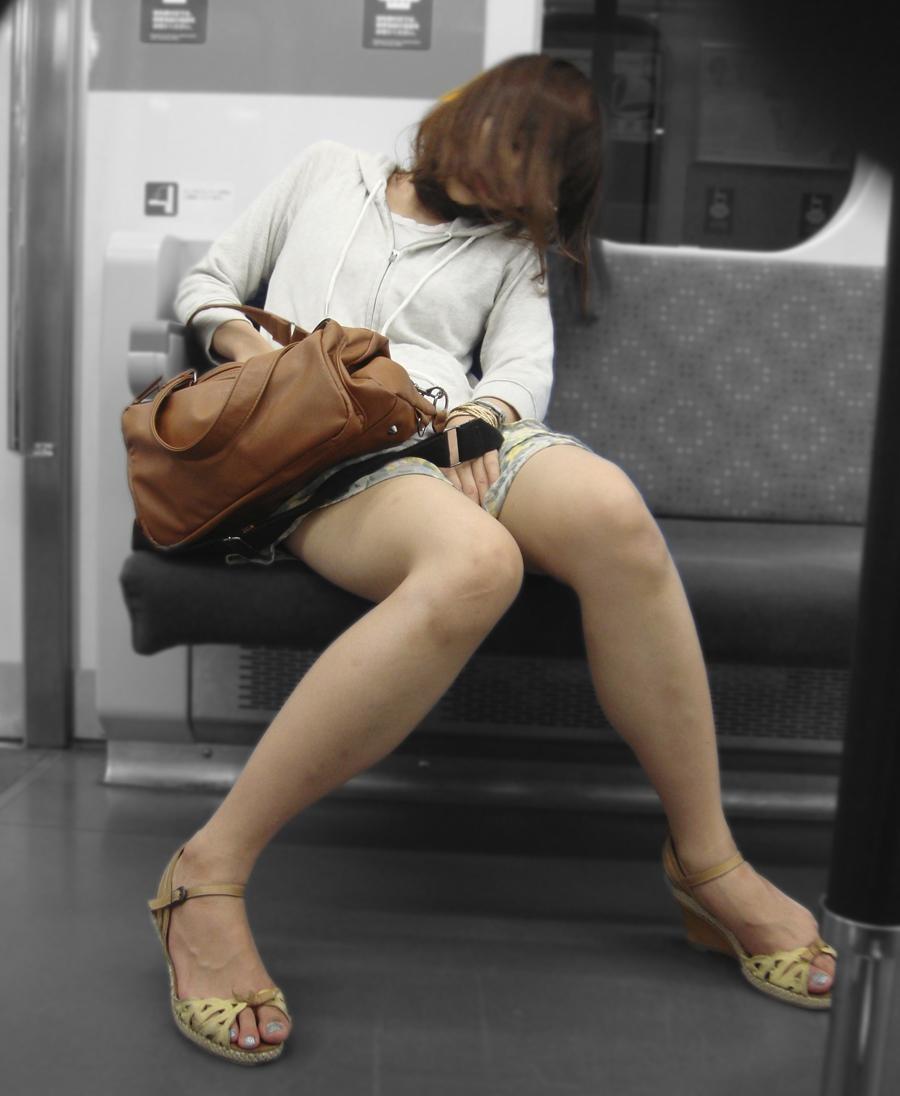 【美脚エロ画像】降りるまでの密かな楽しみな電車内でムッチリ美脚撮り(*´д`*)