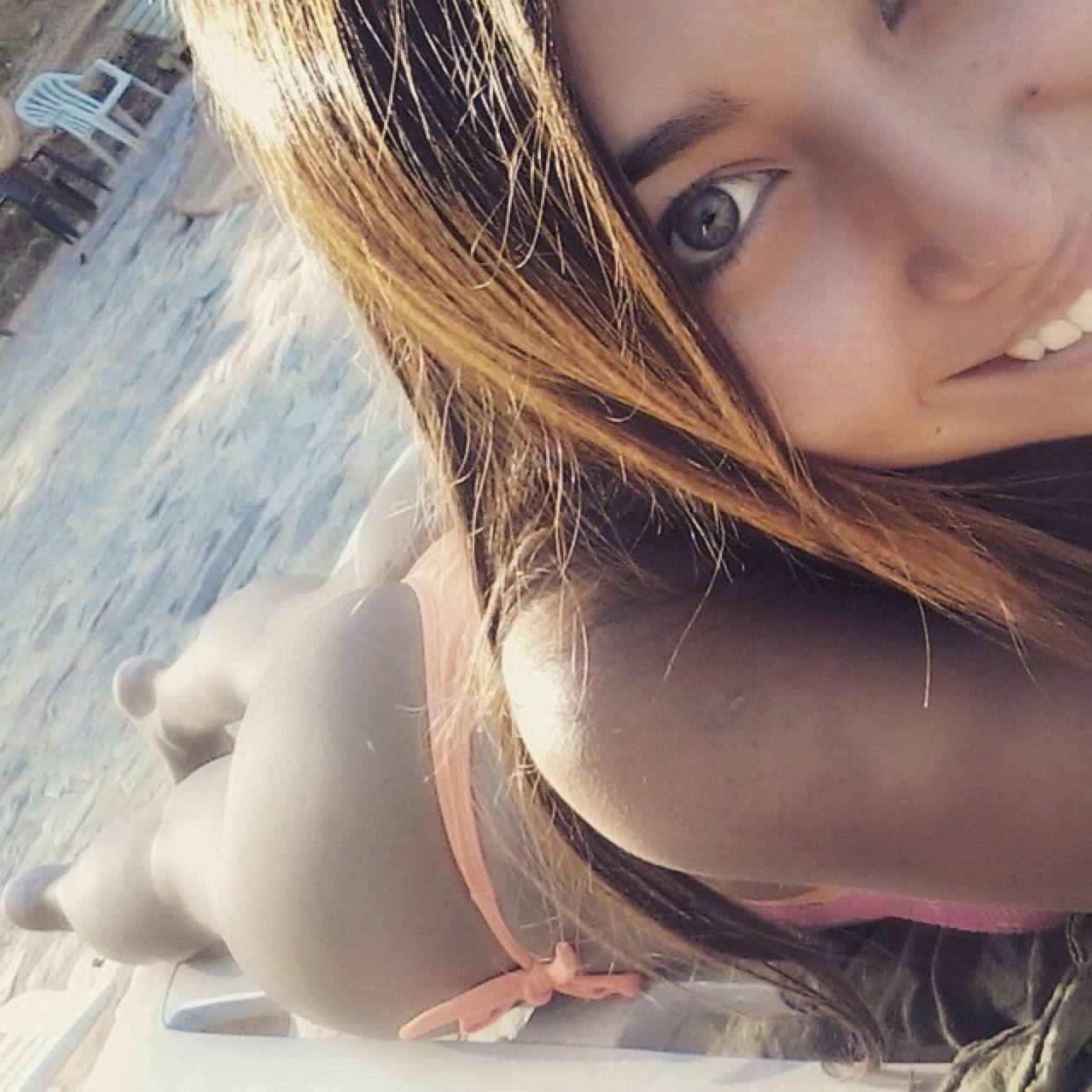 【水着エロ画像】隣で寄り添いたい!巨乳美尻なビキニ外人さんの寝そべり姿(*´Д`)