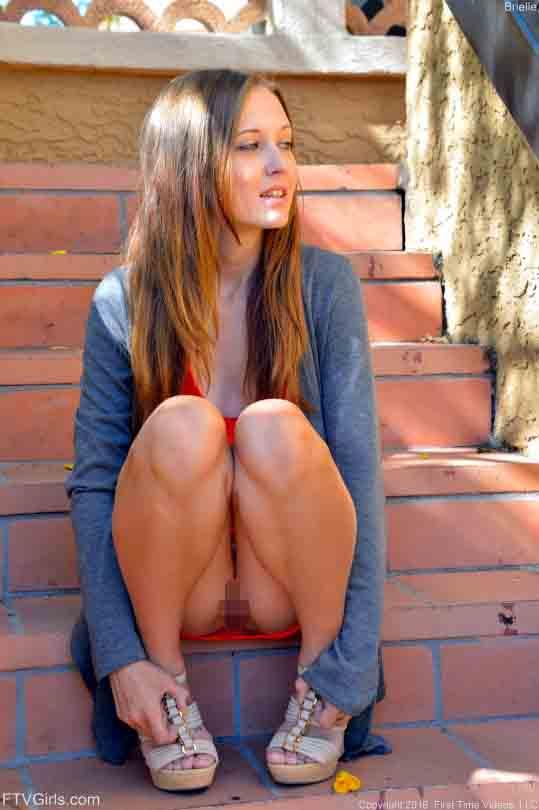 【ノーパンエロ画像】座っただけで露出が成立wミニで見えやすいノーパン外人さん(;´∀`)