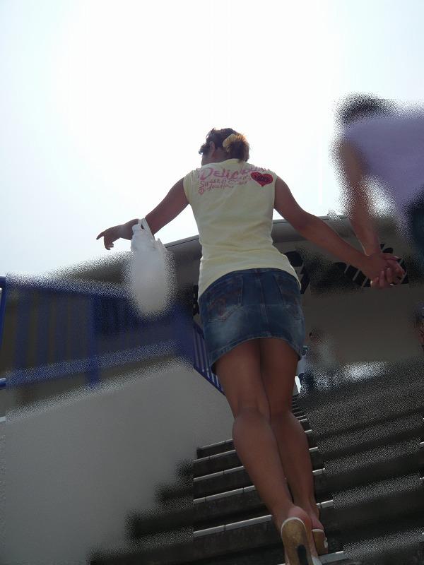 【ミニスカエロ画像】無難に美脚か、リスク有のパンチラか…2択を迫るミニスカ(;´Д`)