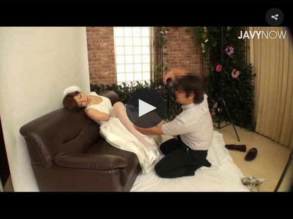 【エロ動画】未来の夫を外で待たせてカメラマンにヤリ尽くされた花嫁!(;゚∀゚)=3 03