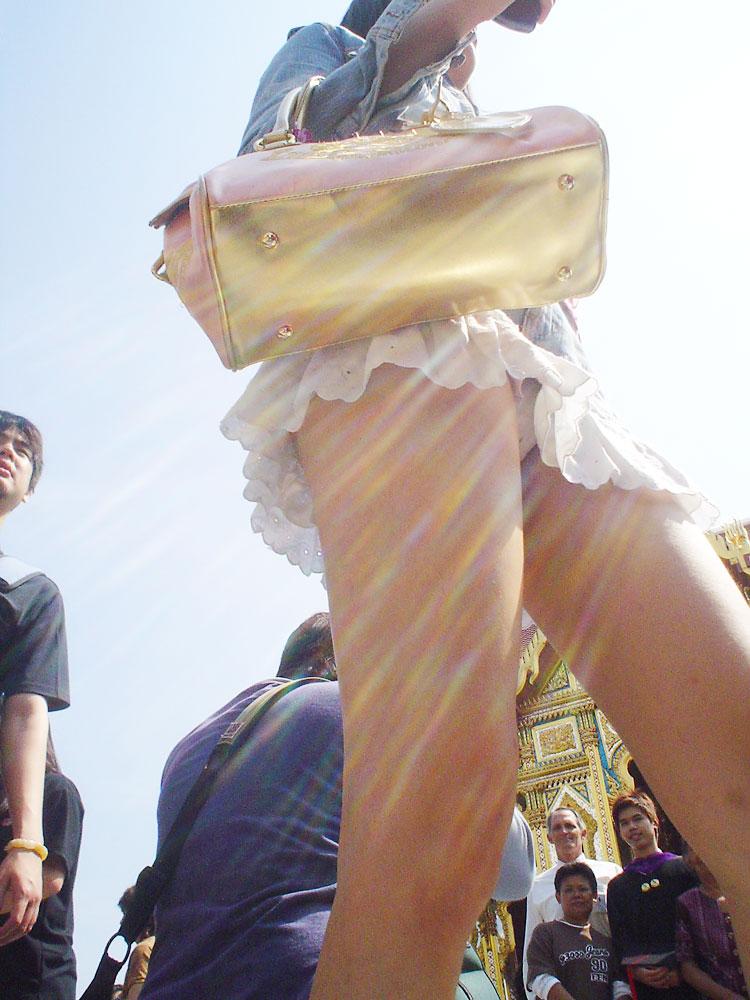 【パンチラエロ画像】ローアングルのイイ眺めwそこにミニとパンツがあるから…(;^ω^)