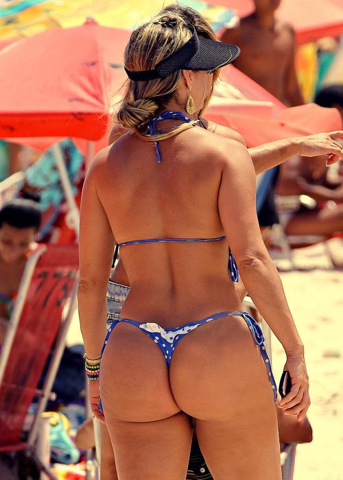 【水着尻エロ画像】日本も浸透しちゃえばいいw海外ビーチはT尻だらけ(;´∀`)