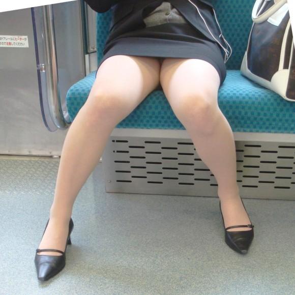対面座席のエロ画像