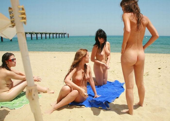 【海外エロ画像】変態じゃなくて自然!恥は不要なヌーディストビーチ(;´Д`)
