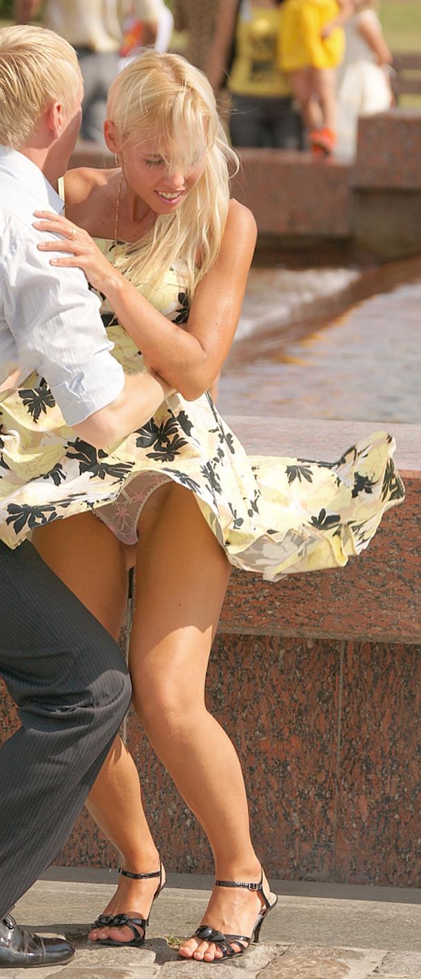 【パンチラエロ画像】ノーパンすらもひと吹きで暴露!奇跡の風パンチラ(;´Д`)