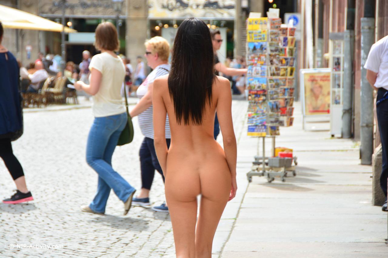 【露出エロ画像】何故に堂々と!?人がいても涼し気に全裸な露出外人(゜ロ゜ノ)ノ