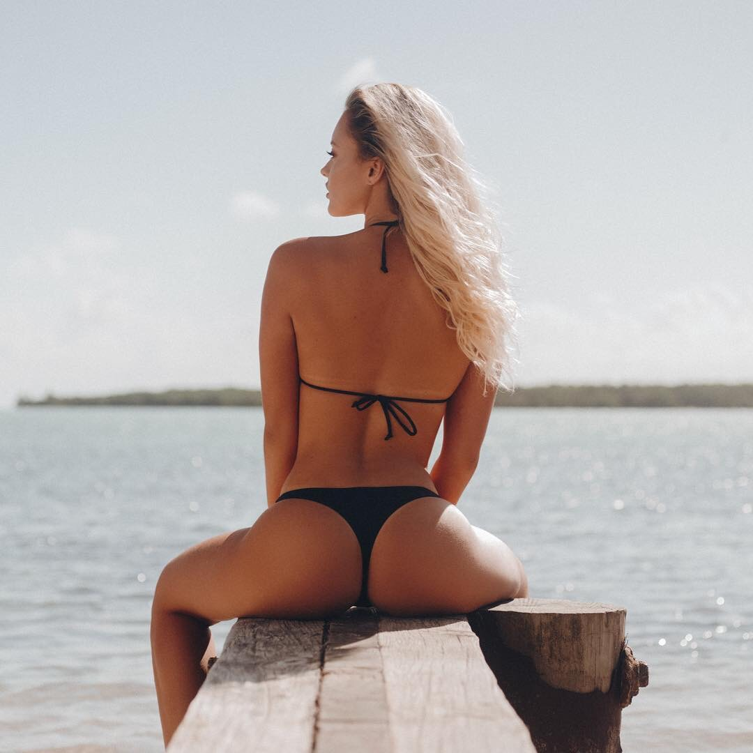 【水着エロ画像】ビーチでワレメ以外は丸出し!Tバックビキニが似合い過ぎな尻(*´Д`)