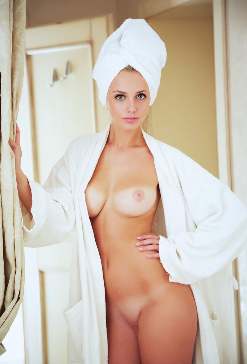 【日焼けエロ画像】さて白い乳の感度は…?紅潮するまで弄りたい日焼けあとおっぱい(;´∀`)