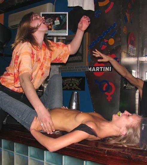 【悪ノリエロ画像】酒は乳を招くらしいw酔いどれ外人さんの乱れた悪ふざけ(;´Д`)
