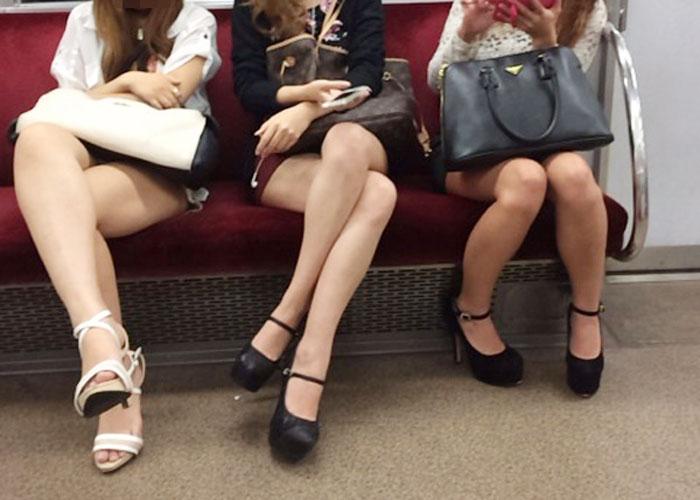 【美脚エロ画像】席さえ確保できれば座りながら堪能できる電車の美脚美人! 表紙
