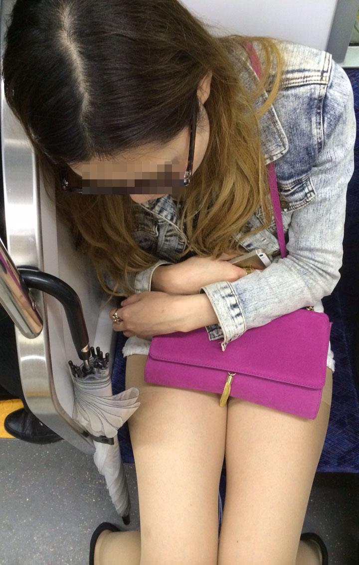 【美脚エロ画像】席さえ確保できれば座りながら堪能できる電車の美脚美人!(;´∀`)