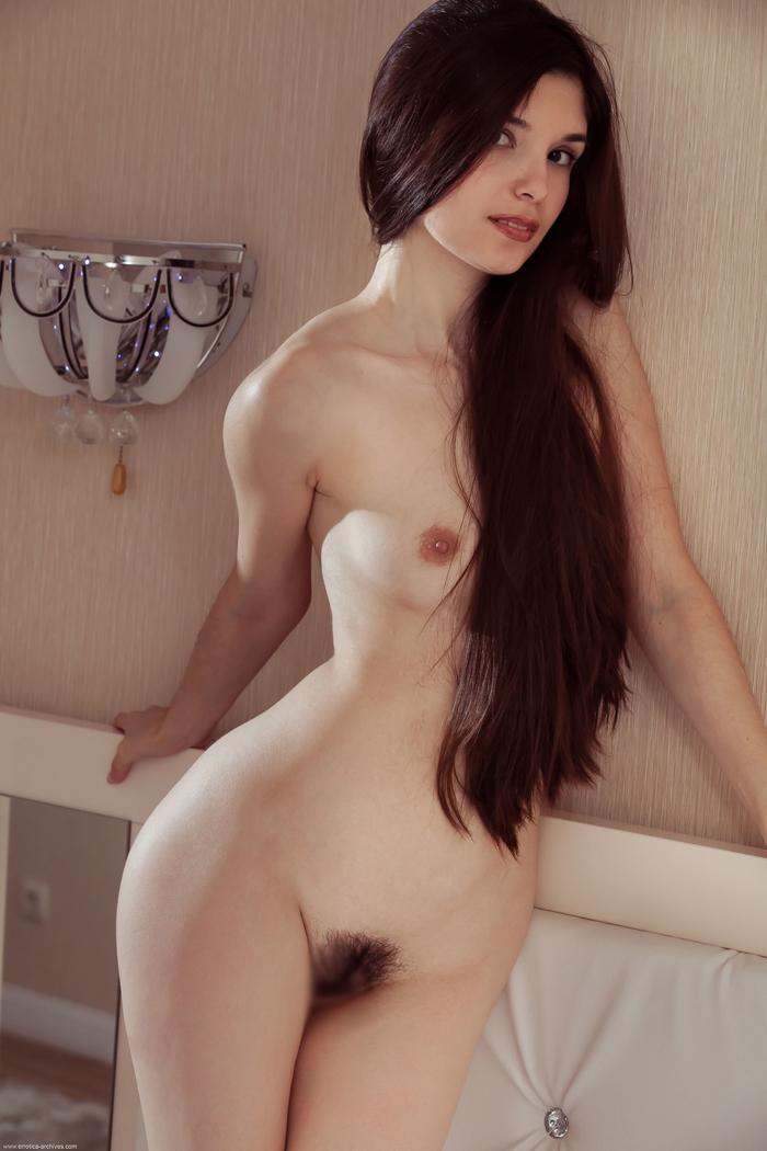 【海外エロ画像】フサフサじゃいけないの?剛毛上等な異国美女のヘアヌード(;゚Д゚)