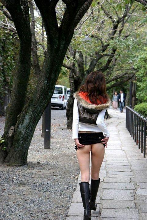 【露出エロ画像】すぐ仕舞えるし手軽!?お尻だけ晒した変態さんのプチ露出(;´Д`)