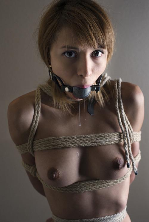 【SMエロ画像】舌を向けば涎が…話せないのも苦痛だから口枷調教(*´Д`)