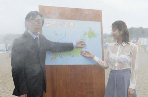 【放送事故】大雨で女子アナの服が濡れて透け…⇒完全に丸見えになっている…