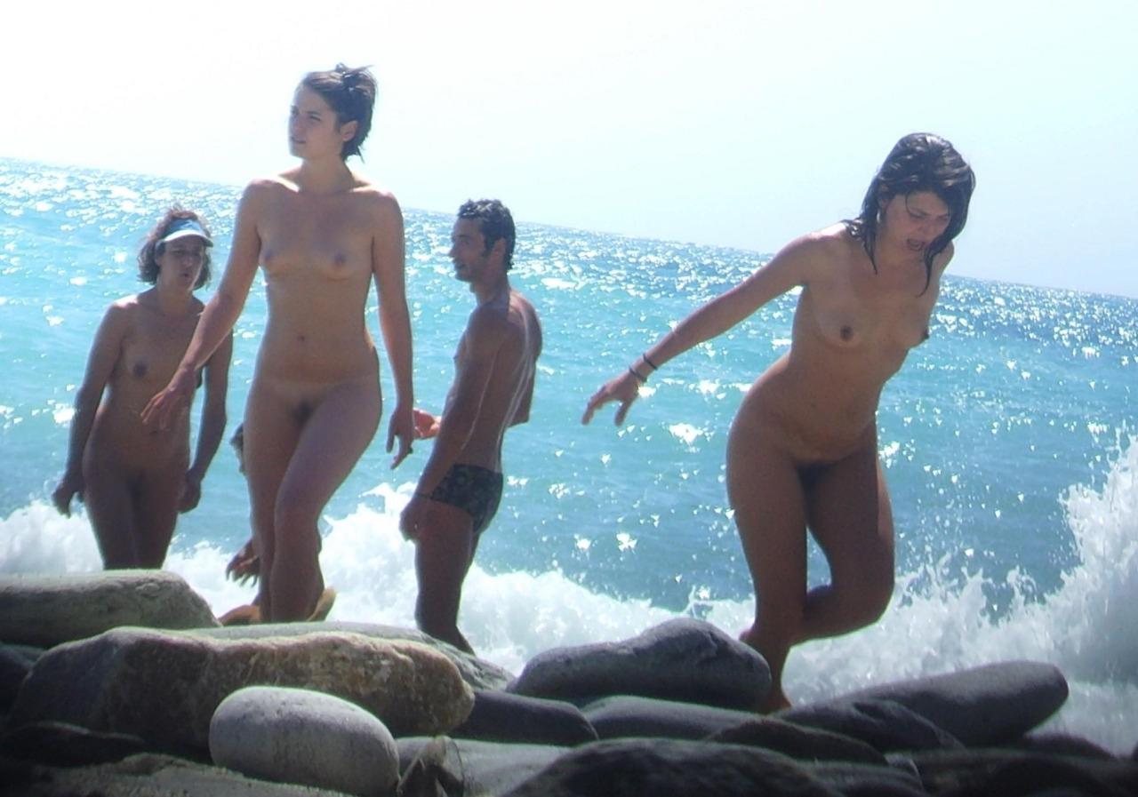 【海外エロ画像】どこ見回しても全裸だらけなヌーディストたちの楽園!(;´Д`)