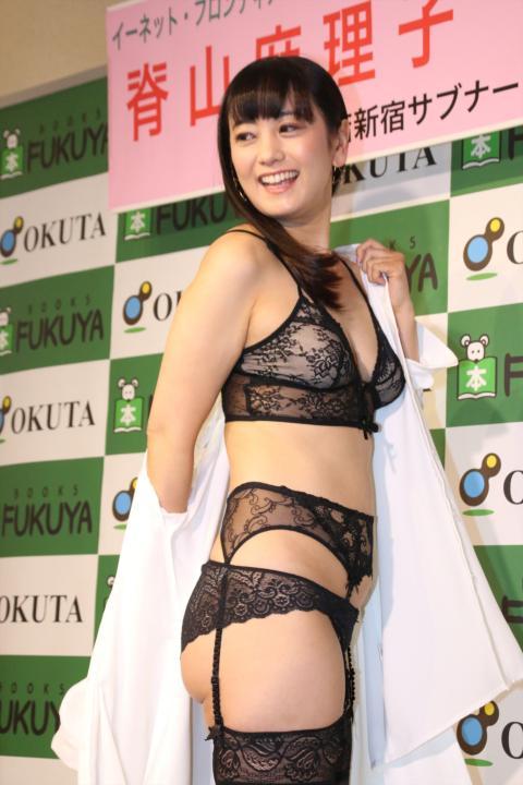 脊山麻理子アナ(37)「ここで脱ぐの?」⇒宣伝の為、報道陣の前で羞恥ストリップ…(※画像あり)