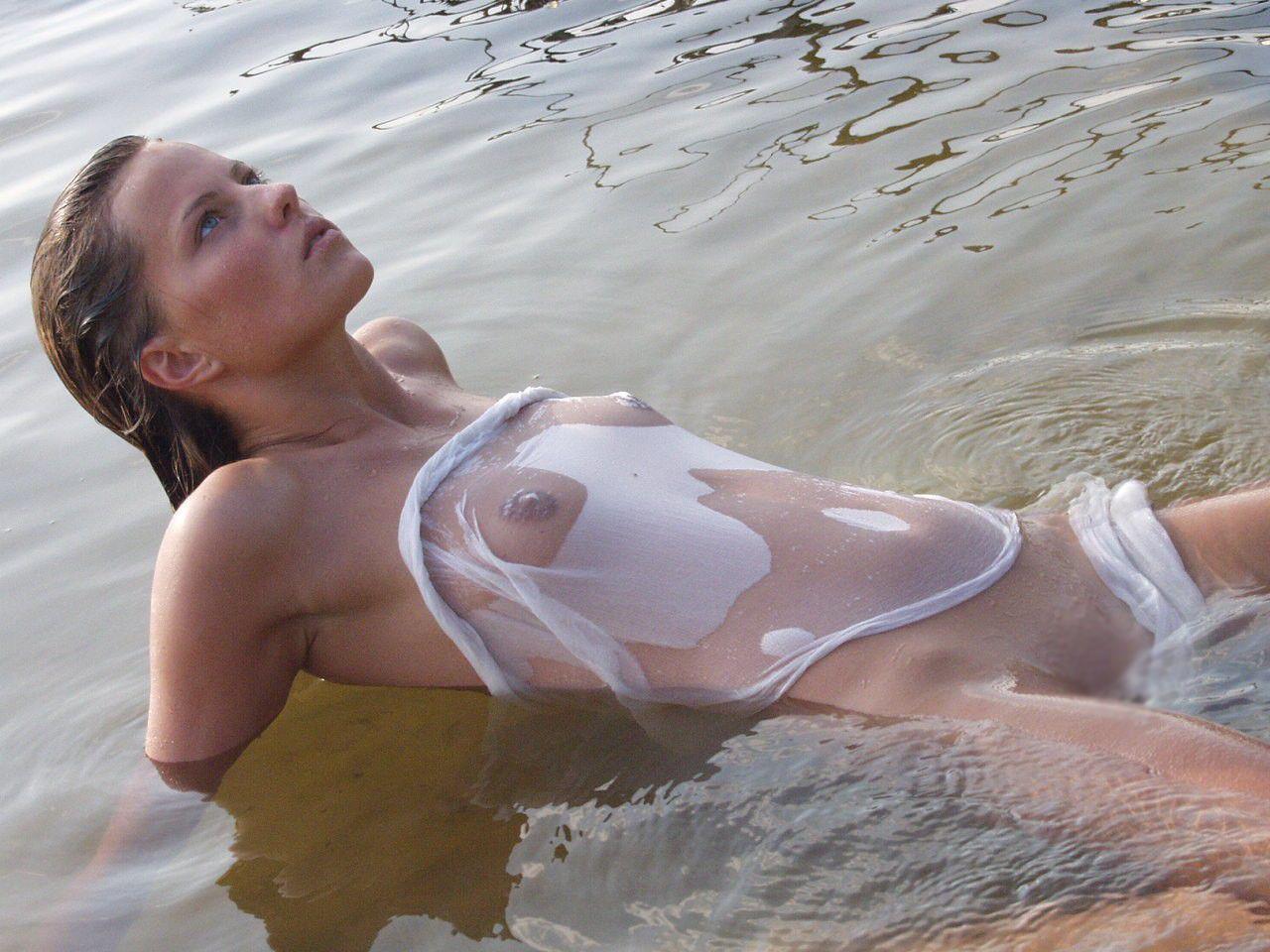 【海外エロ画像】透けるのに水浴びする外人さんの正面が大変なことにw(;゚Д゚)
