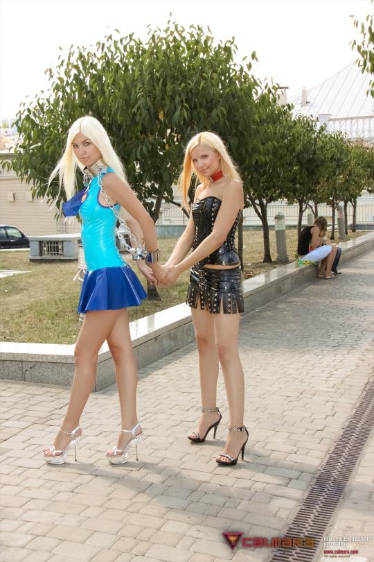 【美脚エロ画像】誰かに見えているはず!長くて短い超ミニ外人のチラリズム美脚(;・∀・)