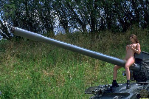 【海外エロ画像】肉の武器はお嫌い?すっぽんぽんで武装するノーガード美女(;´Д`)