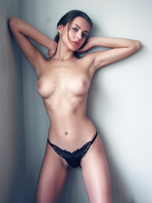 【美乳エロ画像】片手にすっぽり埋まる丁度良さw理想的なモチモチ美乳(;´∀`)