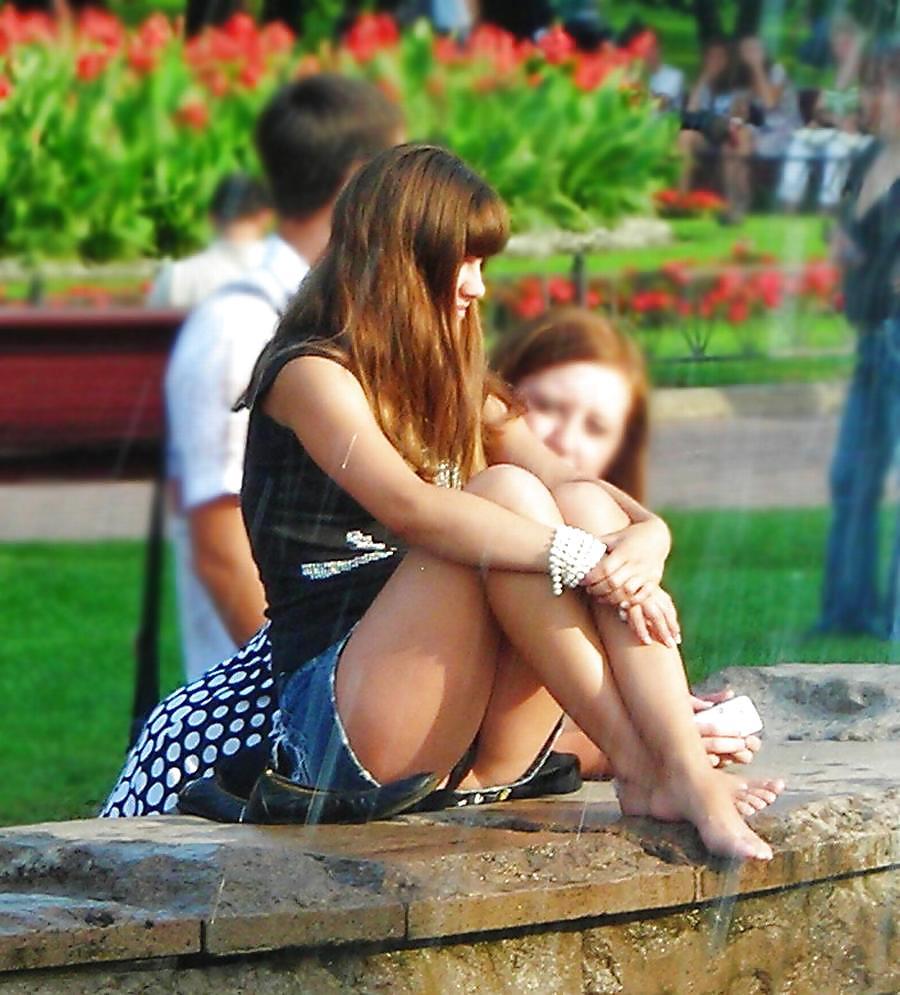 【パンチラエロ画像】GWの広場はこんなに…ミニスカパンチラ大収穫の予感(;´∀`)