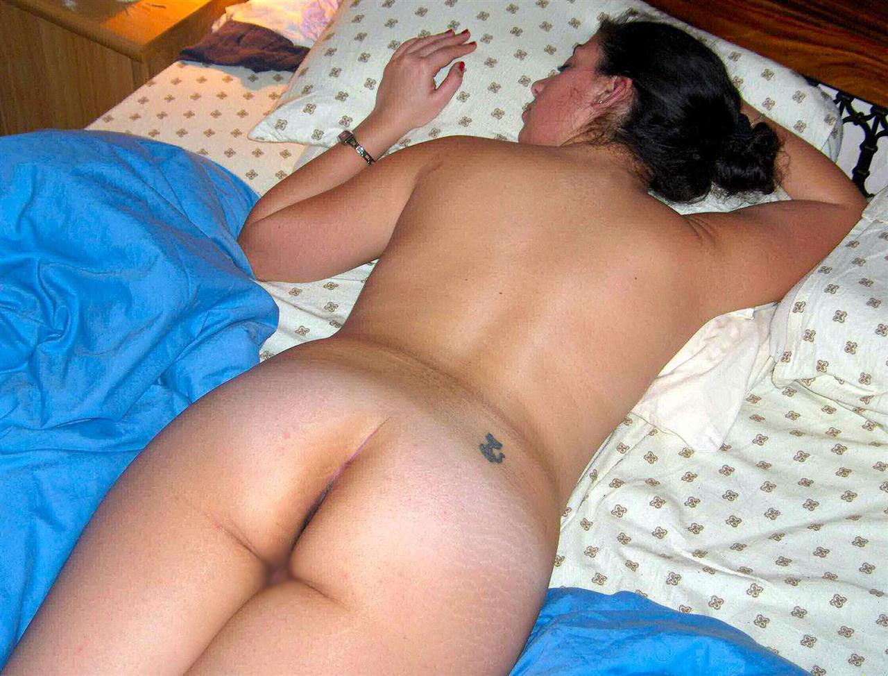 【夜這いエロ画像】事後にパシャリ!ヤリ疲れて眠る外人妻の全裸寝姿(;゚Д゚)